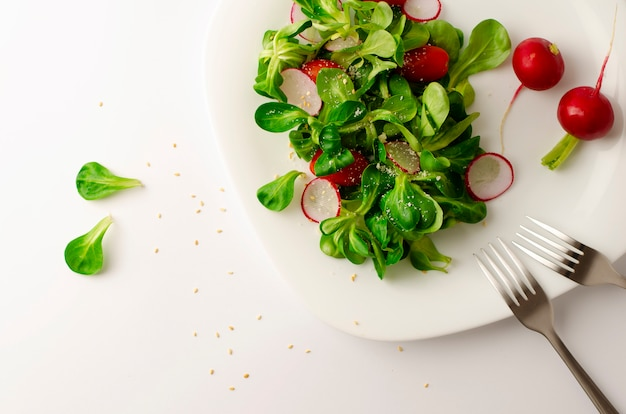 Insalata di verdure fresche di ravanello, pomodori e insalata di mais o valerianella locusta. Foto Premium