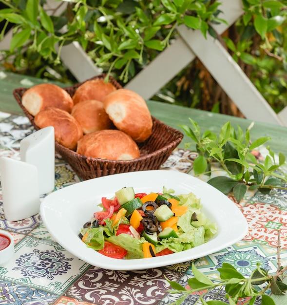 Insalata di verdure fresche nella tabella Foto Gratuite
