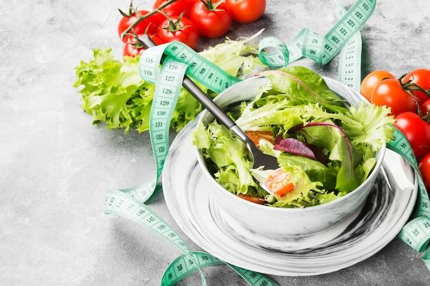 Insalata di verdure miste dietetiche e pomodori ciliegia in una ciotola Foto Premium