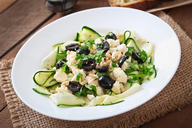 Insalata di zucchine con feta, olive e pinoli Foto Gratuite