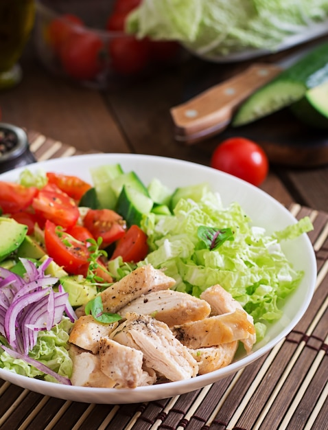 Insalata dietetica con pollo, avocado, cetriolo, pomodoro e cavolo cinese Foto Gratuite
