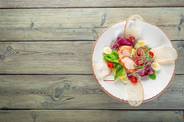 Insalata fresca con petto di pollo, rucola e pomodoro. vista dall'alto Foto Premium