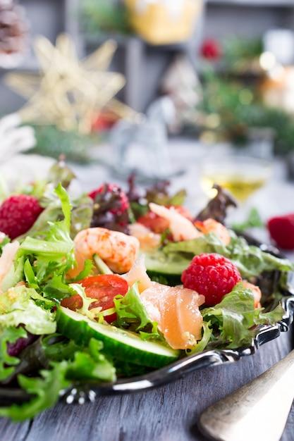 Insalata fresca con salmone affumicato Foto Premium