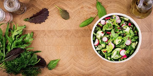 Insalata fresca di cetrioli, ravanelli ed erbe. disteso. vista dall'alto Foto Gratuite