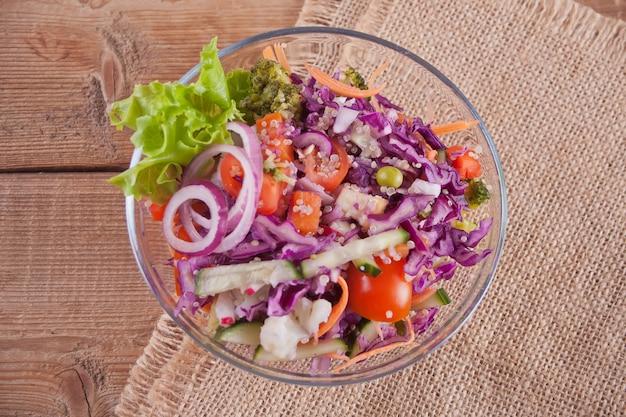 Insalata fresca sana in una ciotola con verdure. vista dall'alto. Foto Premium