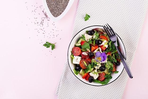 Insalata greca con cetrioli, pomodori, peperoni, lattuga, cipolla verde, formaggio feta Foto Premium