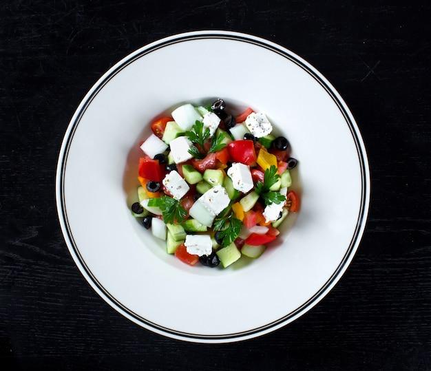 Insalata greca con olive e peperone Foto Gratuite