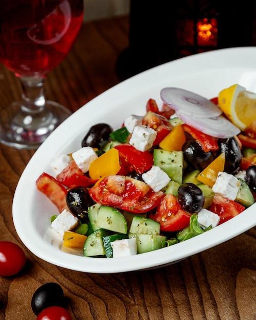 Insalata greca sul tavolo Foto Gratuite