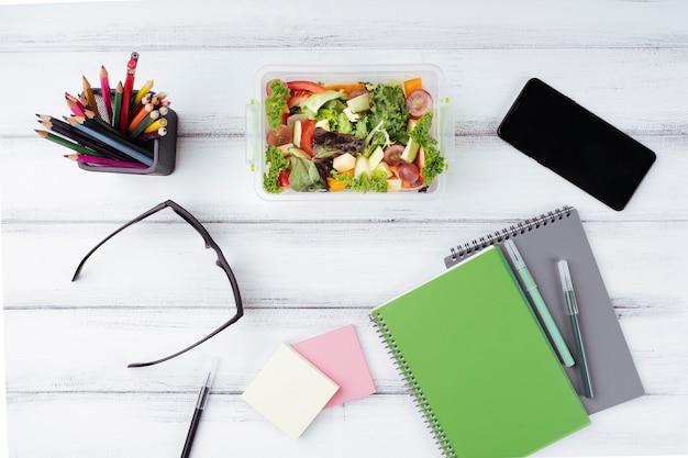 Insalata per il pranzo in ufficio piatto disteso Foto Gratuite