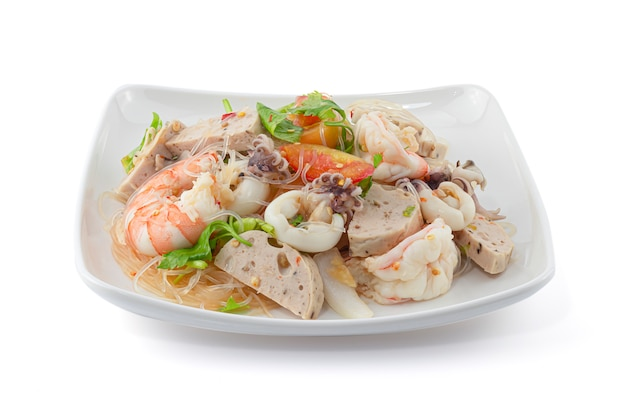 Insalata piccante dei frutti di mare di stile tailandese con la tagliatella isolata sui precedenti bianchi Foto Premium