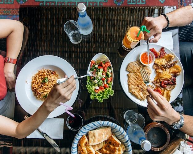 Insalata, spaghetti e filetto di pollo Foto Gratuite