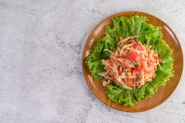 Insalata tailandese della papaia su un piatto di legno Foto Gratuite