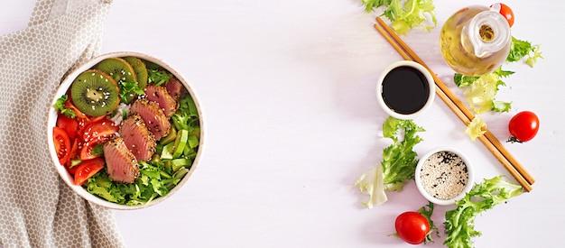 Insalata tradizionale con pezzi di tonno ahi e sesamo grigliati medio-rari con insalata di verdure fresche Foto Premium