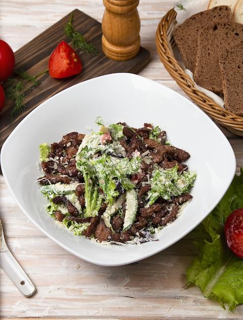 Insalata verde con funghi marroni, carne tritata, lattuga e parmigiano Foto Gratuite