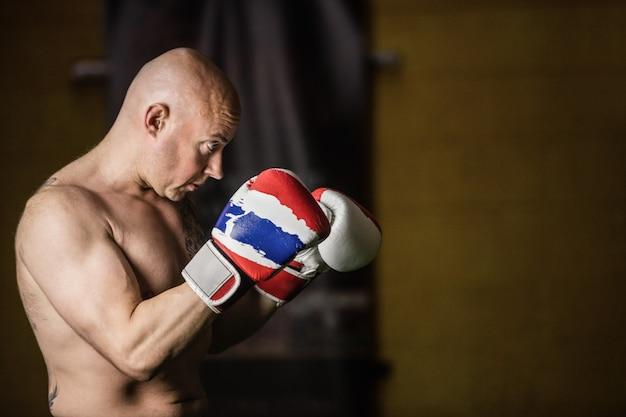 Inscatolamento di pratica del pugile tailandese Foto Gratuite