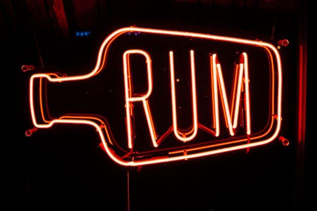 Insegna al neon nella barra con rum del testo Foto Gratuite