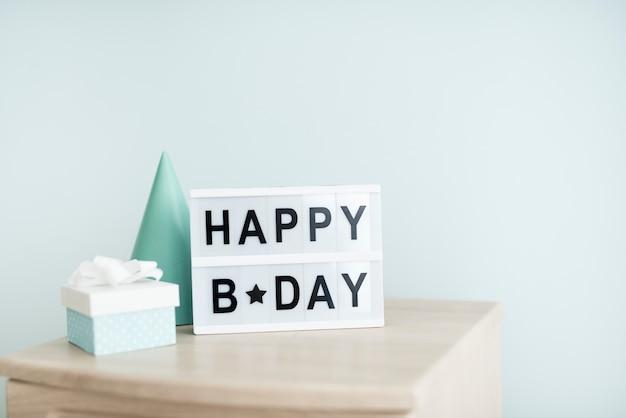 Insegna festiva di compleanno sul tavolo Foto Gratuite