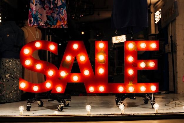 Insegna incandescente vendita in negozio Foto Gratuite