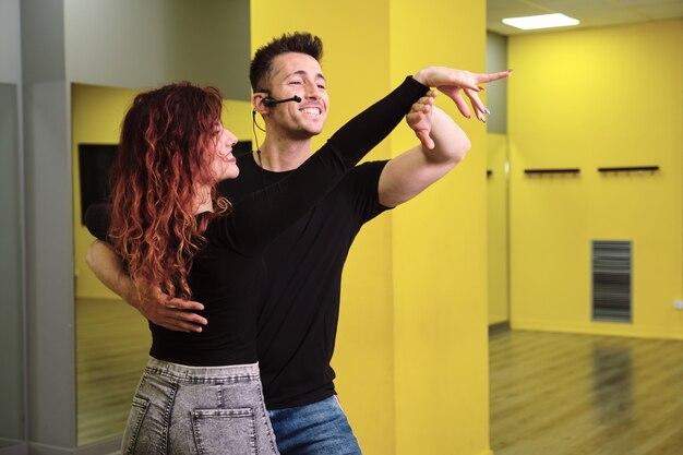 Insegnanti di salsa e bachata in una classe Foto Premium