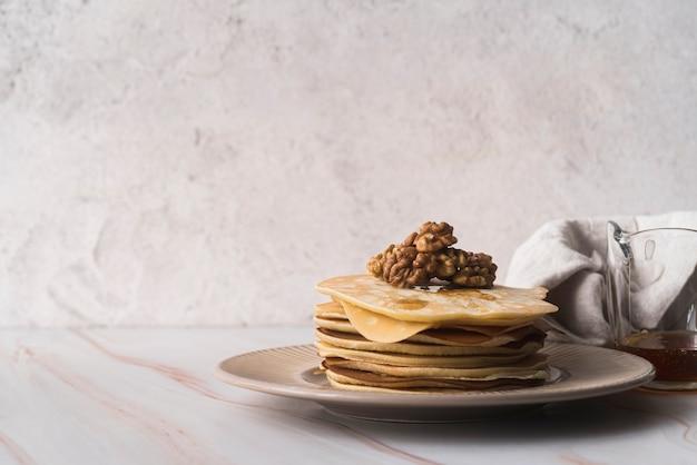 Insieme delizioso dei pancake su un piatto Foto Gratuite