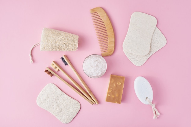 Insieme di oggetti di igiene personale eco friendly sul concetto di bellezza rosa, zero rifiuti Foto Premium