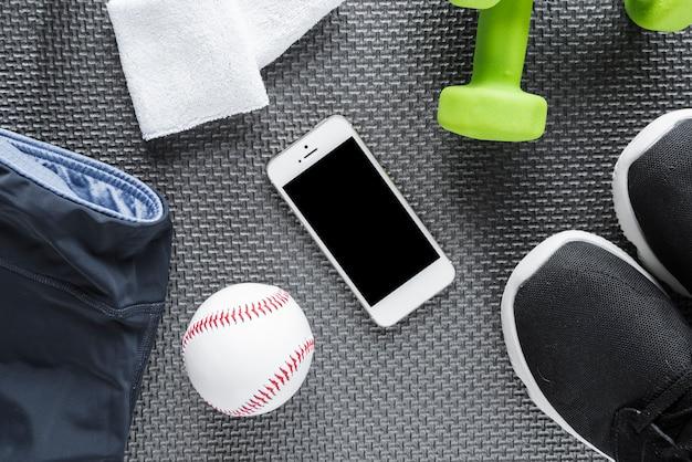Insieme di oggetti di stile di vita sano e smartphone Foto Gratuite