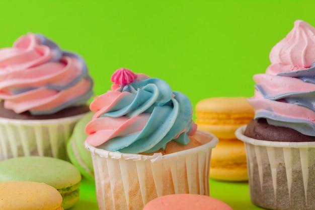 Insieme di vari cupcakes fondente pronti per essere mangiato - insieme luminoso e colorato Foto Premium