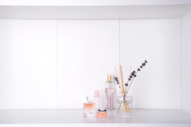 Insieme di vari profumi donna isolato Foto Premium