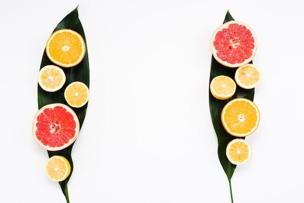 Insieme variopinto di estate dei frutti esotici freschi sulle foglie della banana Foto Gratuite
