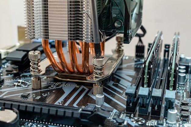 Installazione di un dispositivo di raffreddamento su un personal computer. il processo di aggiornamento della manutenzione del computer in un servizio. Foto Premium