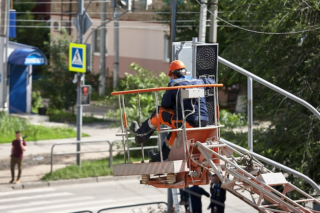 Installazione di un semaforo su un ascensore nel pomeriggio nella città di syzran russia. Foto Premium