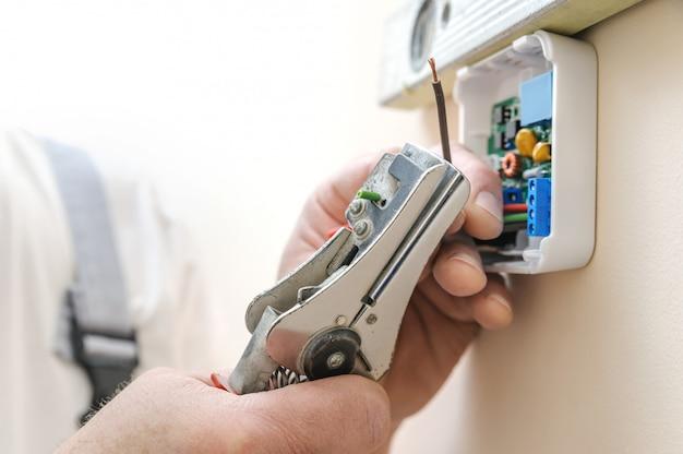 Installazione di un termostato ambiente programmabile. Foto Premium