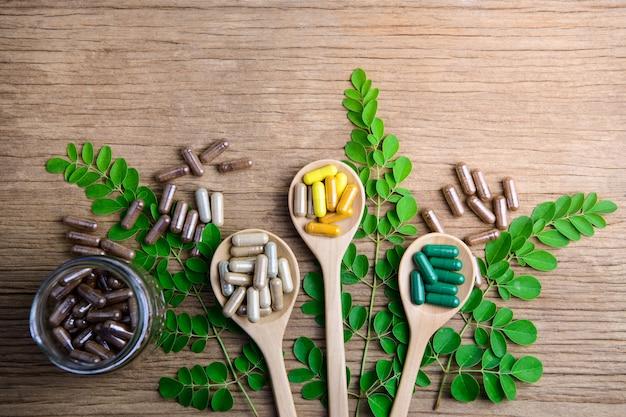 Integratori naturali, vitamina o medicina biologica, capsule, pillole a base di erbe dalle erbe Foto Premium