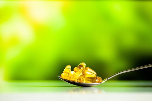 Integratori vitaminici, olio di pesce in capsule gialle omega 3. Foto Premium