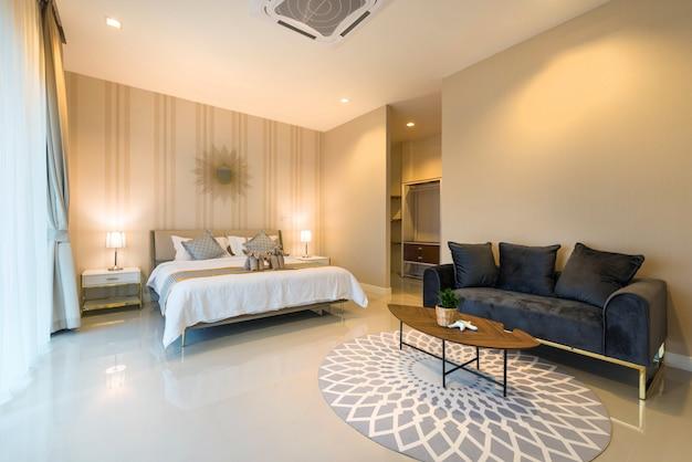Interior design di lusso nella camera da letto della villa con piscina con accogliente letto king size. camera da letto con soffitti alti in casa o in casa Foto Premium