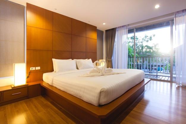 Interior design di lusso nella camera da letto della villa con ...