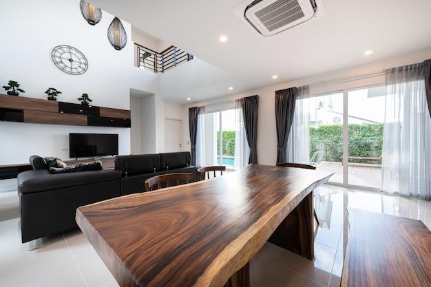 Interior design moderno soggiorno con divano e mobili di una nuova casa Foto Premium