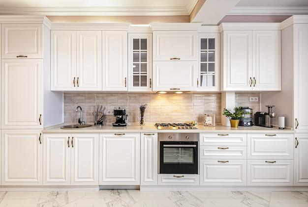 Interiore bianco di lusso moderno della cucina Foto Premium