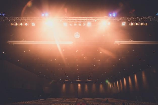 Interiore della sala espositiva con illuminazione Foto Premium