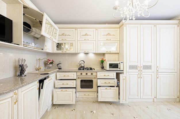 Interiore moderno di lusso beige e color crema della cucina Foto Premium