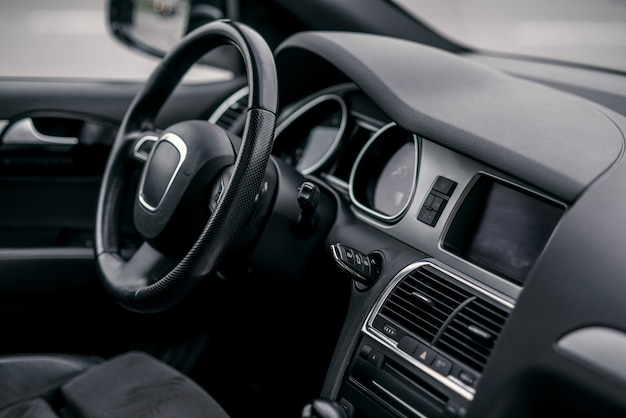 Interni di auto di lusso. volante, leva del cambio e cruscotto. Foto Premium