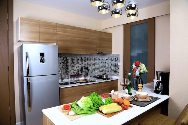 Cucine Di Lusso Design : Interni di lusso design di cucina in condominio con alcune verdure