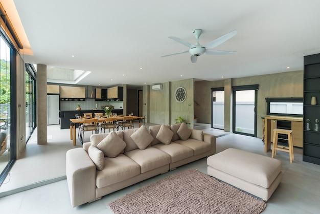 Interni di lusso in stile loft nel salotto di ville con piscina Foto Premium
