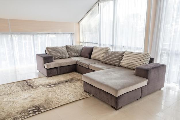 Interni moderni con grande divano e ampie finestre Foto Premium