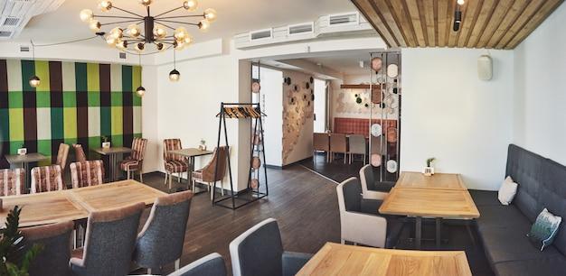 Interni moderni e semplici con mobili classici in legno Foto Premium