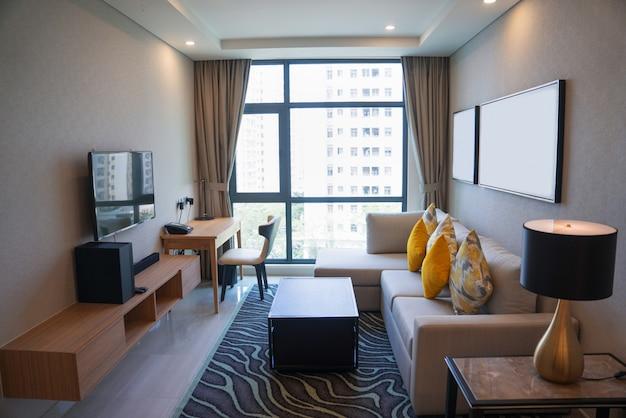 Interno accogliente soggiorno con finestra panoramica. scaricare