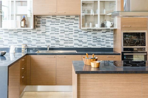 Interno cucina moderna, luminosa, pulita con elettrodomestici in acciaio inossidabile in appartamento Foto Premium