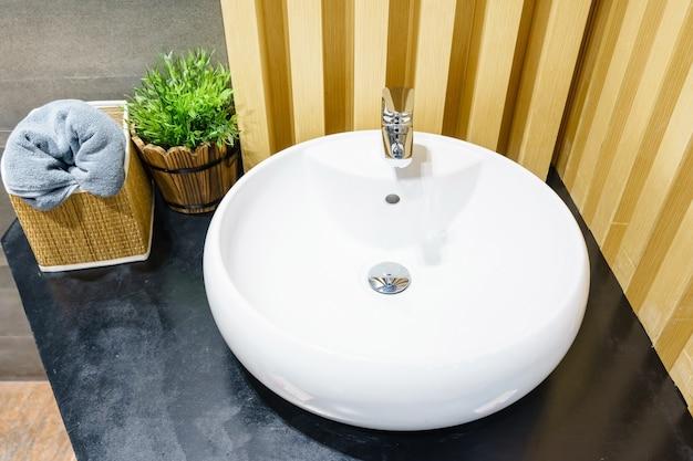 Interno del bagno con lavabo lavabo e specchio. design moderno del bagno Foto Premium
