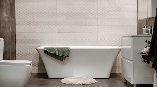 Interno del bagno moderno con elementi decorativi. Foto Gratuite