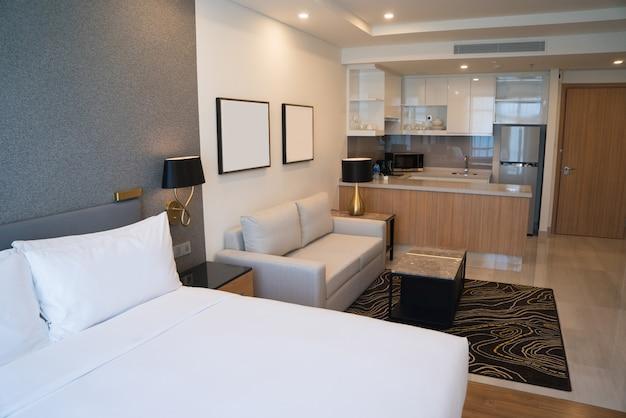 Interno della camera d\'albergo con zona notte, zona giorno e cucina ...